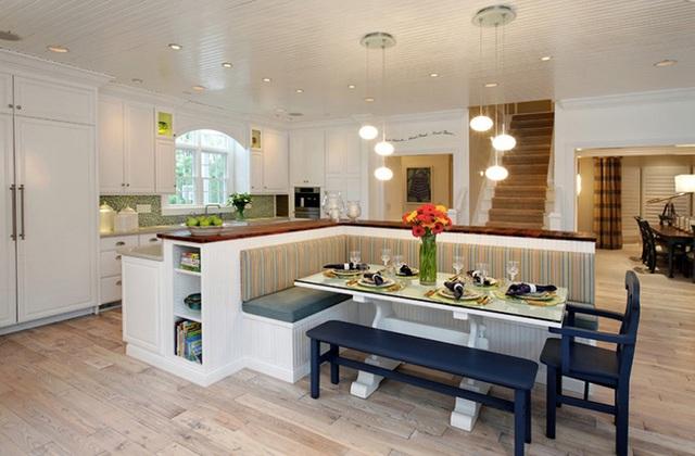 19. Chiếc ghế băng bọc nệm hiện đại này có thể tạo cảm giác có một nhà hàng nhỏ ngay bên trong bếp của bạn. Nó phá vỡ đi sự khô khan của một không gian mở lớn và tạo ra một góc nhỏ ấm cúng và chào đón.
