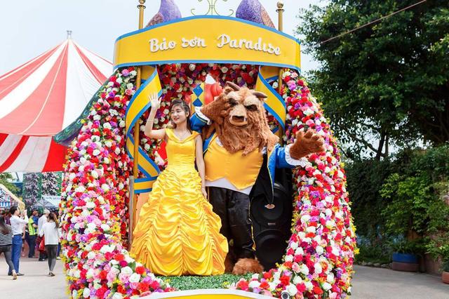 Điểm lý thú tiếp theo chính là chương trình Diễu hành Giấc mơ thần tiên. Với 03 xe được đầu tư trang trí công phu, theo concept mới lạ, Carnival tại Thiên đường Bảo Sơn luôn nhận được sự yêu thích của các bạn nhỏ. Người đẹp và quái vật - 2 nhân vật lần đầu xuất hiện cùng xe diễu hành Khu vườn công chúa không thể ấn tượng hơn.