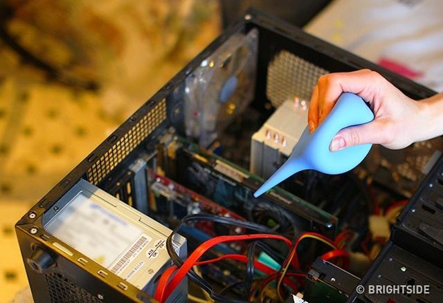 Một máy hút bụi thông thường cũng có thể loại bỏ hoàn toàn bụi trong máy tính. Lần tiếp theo vệ sinh, bạn có thể dùng máy hút bụi để hút bụi bẩn trên bàn phím, CPU và loa.