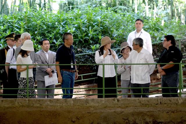 Với sự quan tâm dành cho văn hóa và lịch sử, công chúa Mako đã đạt được chứng chỉ hành nghề giám tuyển bảo tàng trong thời gian học đại học. Trong ảnh, Công chúa Mako (ở giữa) đến thăm một di chỉ khảo cổ tại El Salvador trong chuyến đi Nam Mỹ năm 2015.
