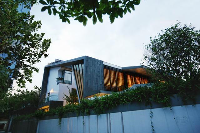 Căn biệt thự mang một thiết kế hài hòa giữa kiến trúc truyền thống và hiện đại.