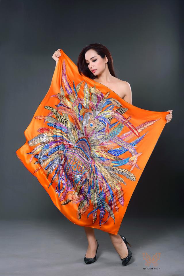 Phá cách, tự tin phô diễn vóc dáng nóng bỏng những quý cô showbiz thích thú với cách kết hợp biến khăn lụa thành váy áo