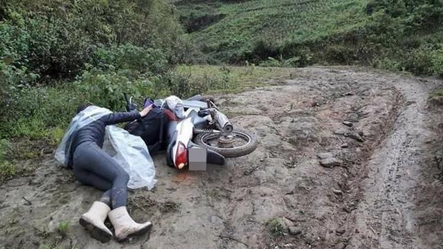 Do đường trơn nên cả xe và người bị đổ xuống đường. Ảnh: Facebook N.B.T