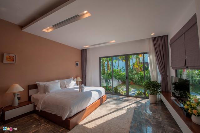 Các phòng ngủ nằm ở tầng một hài hòa với thiên nhiên với không gian tràn ngập ánh sáng.