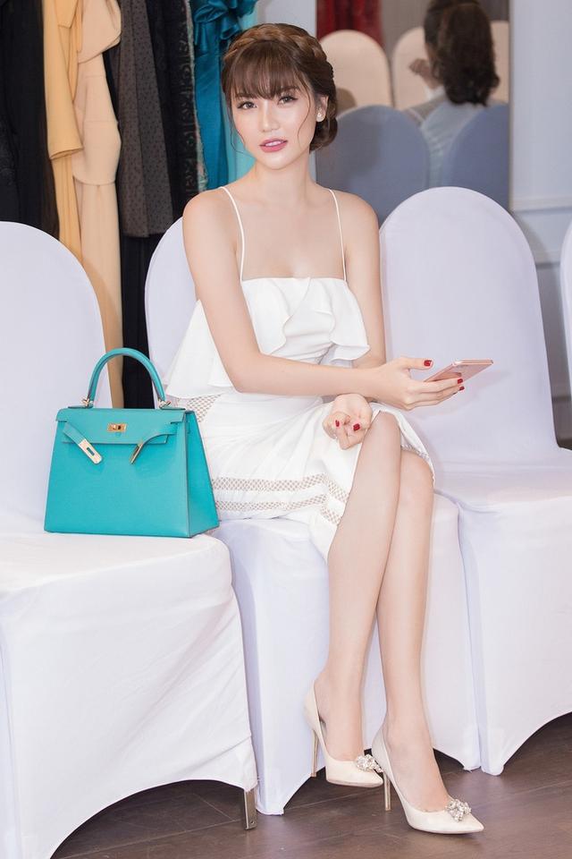 Ngọc Duyên mang túi xách Hermes màu xanh thanh lịch, có giá hơn 200 triệu đồng.
