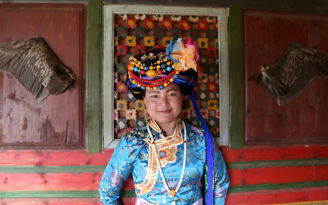 Người phụ nữ Mosuo trong trang phục truyền thống.