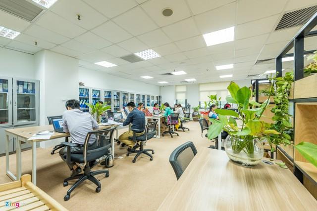 Nội thất văn phòng cũng được thiết kế riêng hài hòa với phong cách đơn giản, tự nhiên, hạn chế sử dụng mảng khối lớn gây cảm giác nặng nề.