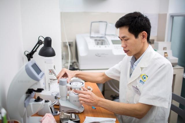 Mắt Bích Ngọc đầu tư hệ thống máy cắt lắp kính hiện đại, đảm bảo tiêu chuẩn về quang học