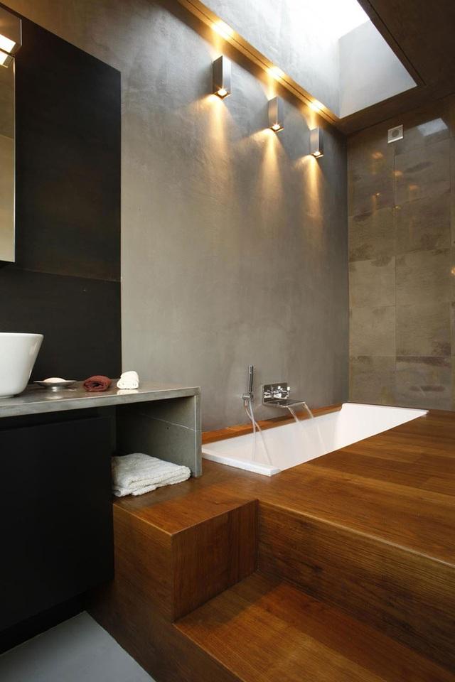 Mặc dù khó có thể có được một thiết kế bể bơi sâu trong căn hộ nhưng bạn vẫn hoàn toàn tự tin thiết kế được bồn tắm chìm trong chính gia đình mình. Ví dụ hoàn hảo là căn nhà do Fabio Fantolino thiết kế ở Turin, Italy. Nội thất của nó là tập trung vào việc trang trí đơn giản với phòng tắm, không có cửa sổ lớn, nền bằng gỗ với bồn tắm chìm và lỗ hổng trên trần nhà giúp không gian ngập tràn ánh sáng.