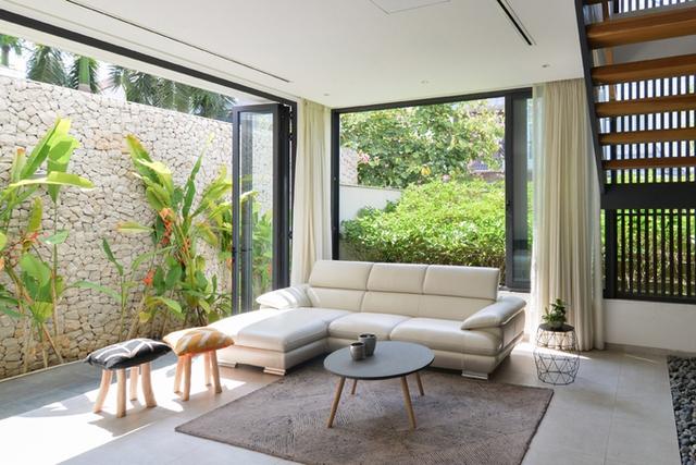 Cách bố trí này giúp cho mọi phòng có thể rộng mở cửa tối đa nhìn ra khoảng sân vườn trồng các loại cây làm dịu mát cái nắng nóng của Sài Gòn.