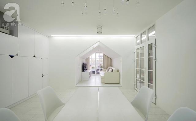Nhờ tông màu trắng và thiết kế thông minh mà căn hộ chỉ có 1 mặt thoáng nhưng các phòng đều rất sáng, thoáng.