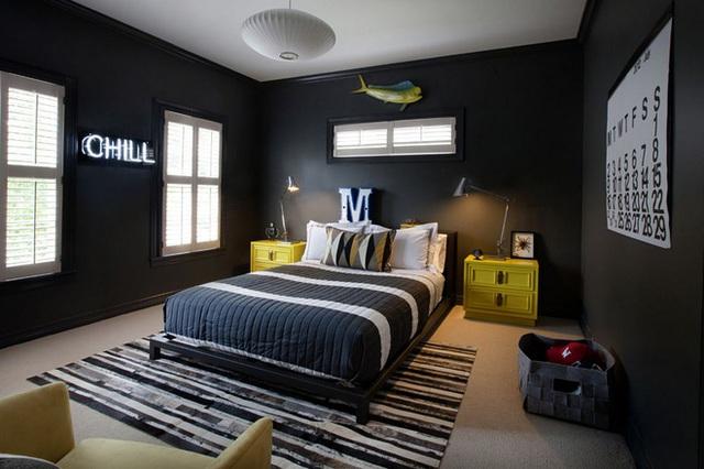 Để tránh phòng ngủ tối tăm trở nên quá đơn điệu, một chiếc thảm kẻ sọc nên được thêm ở dưới giường. Sử dụng nhiều sọc trắng trên thảm sẽ biến phòng ngủ thành một không gian thân thiện.