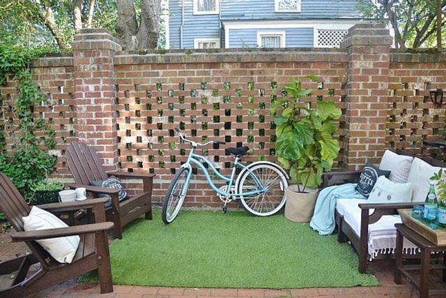 5. Bạn có thể thêm một bãi cỏ xanh nhân tạo vào sân gạch nhà mình để sáng tạo và khác biệt hơn.