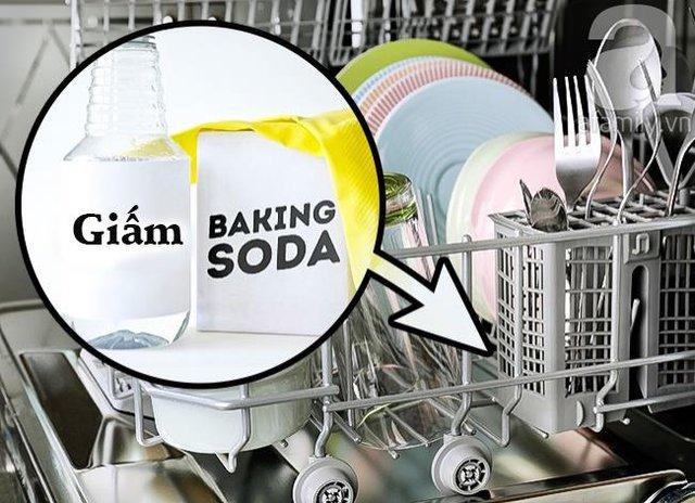 4. Để làm sạch máy rửa bát, bãy đổ giấm ở lượt rửa đầu tiên và bỏ thêm một vài thìa baking soda vào lượt rửa thứ 2 nhé!