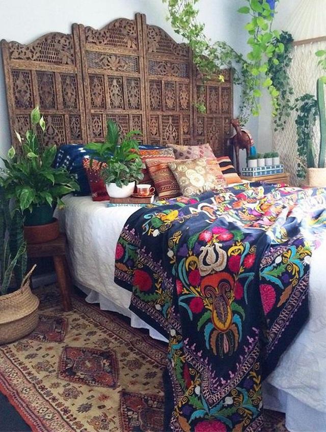 Giường ngủ vẫn là loại đơn sắc nhưng chỉ cần thay ga giường theo phong cách Boho là đã hoàn toàn thay đổi triệt để ánh nhìn rồi.