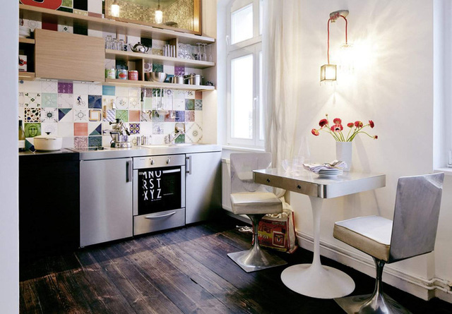 Phòng tắm trong căn hộ nhỏ này có thiết kế sang trọng với gạch lát đá cẩm thạch xanh. Dù nhỏ những phòng tắm này gợi cho bạn đến nhớ đến không khí thư giãn ở spa.