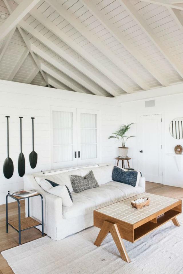 Màu trắng được chọn làm tông màu nền để tối giản hóa cách trang trí và mở rộng thêm không gian.