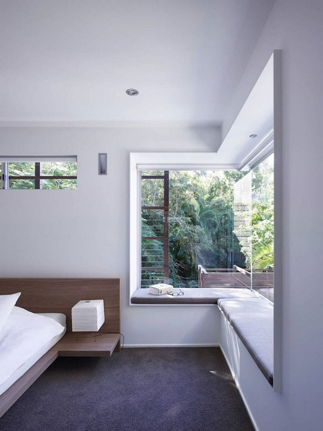 Phòng ngủ này được thiết kế đơn giản và theo phong cách sang trọng nhiều hơn. Các cửa sổ lớn cho phép nguồn ánh sáng tự nhiên tràn vào, vì vậy bạn có thể thư giãn trên ghế mềm mà không cần ánh sáng nhân tạo.