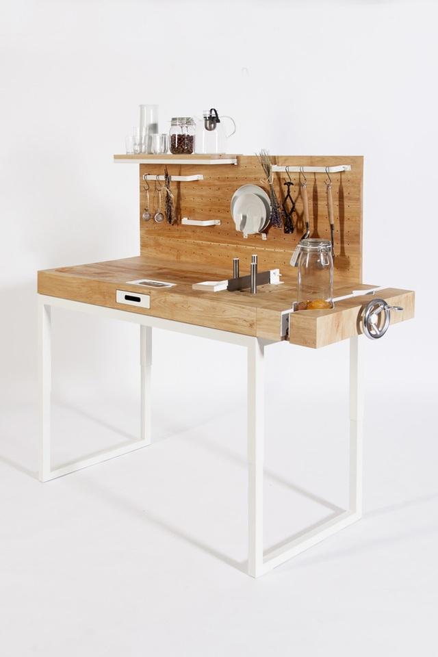 Các thanh treo, móc treo được đóng thêm lên khoảng mặt phẳng xuông góc với bếp nấu, tiện lợi để sắp xếp đồ đạc gọn thoáng.