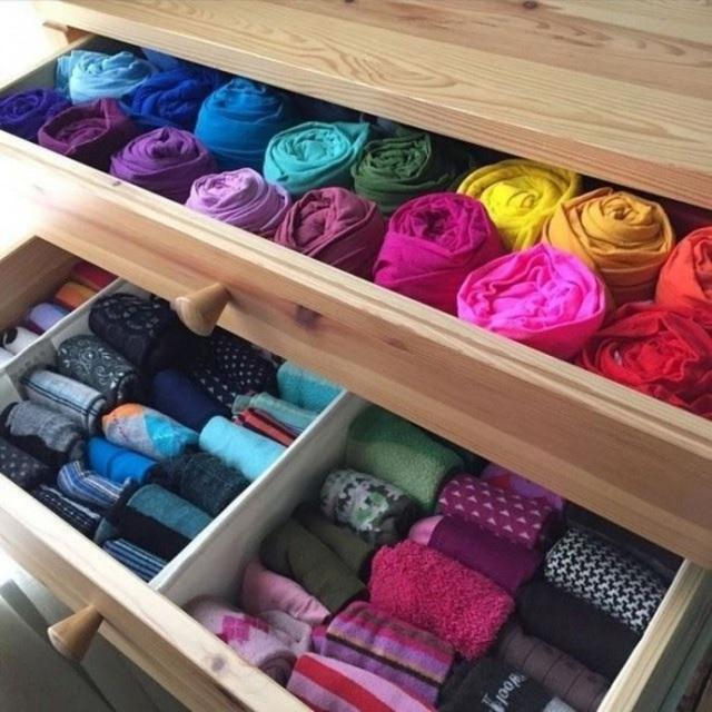 5. Cuộn tròn quần áo và sắp xếp thành hàng cũng giúp bạn tiết kiệm được không gian lưu trữ. Ưu điểm của cách cuộn tròn là quần áo cũng ít bị nếp nhăn hơn là cách gấp thông thường.