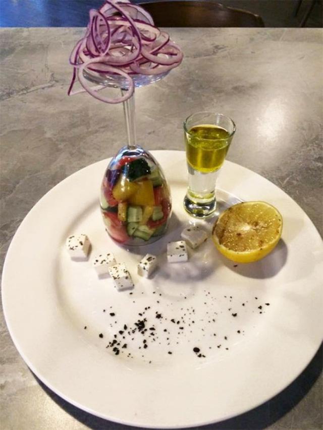 Món salad Hy Lạp kỳ quặc nhất từ trước tới nay, hình như chiếc ly có vẻ hơi thừa thãi.