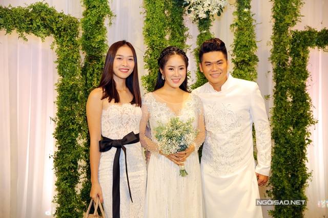 Diệp Bảo Ngọc diện váy ren bó sát dự tiệc. Trong lễ cưới của Lê Phương tại Trà Vinh, cô còn đảm nhận vai trò phù dâu cho bạn thân.