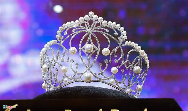 Cô gái chiến thắng Hoa hậu Hoàn vũ Việt Nam 2017 sẽ nhận được vương miện trị giá 2,7 tỷ đồng. Vương miện được chế tác từ 10 viên ngọc trai South Sea (ngọc nước mặn được nuôi cấy tự nhiên), nổi bật giữa 49 viên ngọc trai Akoya và 1.165 viên đá shapphire. Đêm chung kết cuộc thi dự kiến diễn ra vào 2/12.
