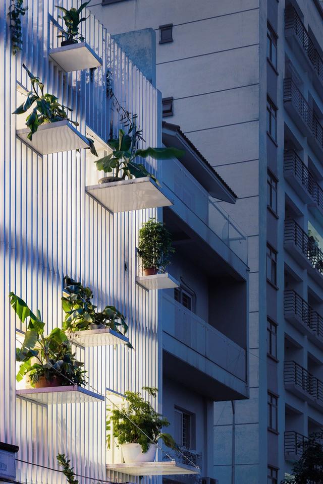 Thiết kế mặt trước công trình giúp lấy sáng tự nhiên và điều hòa không khí rất tốt.