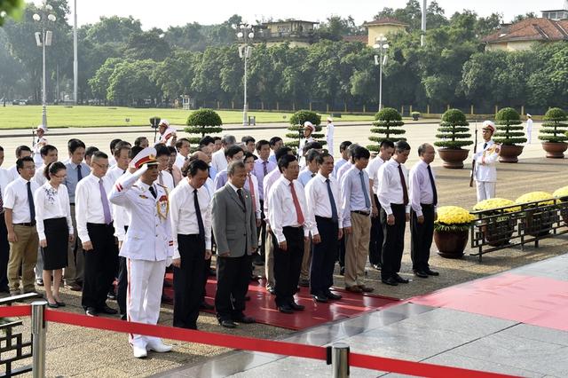 Đoàn đại biểu Bộ Ngoại giao viếng Chủ tịch Hồ Chí Minh