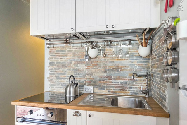 Tủ bếp được bố trí gọn thoáng ở một phần bức tường, chọn lựa gam trắng để không gian như rộng mở và đẹp mắt hơn.