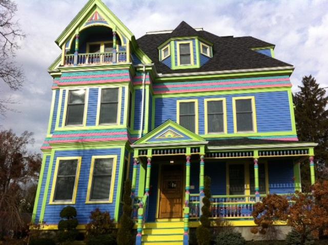 5. Nếu bạn yêu màu xanh, hãy tạo từng mảng xanh dương làm màu nền, xanh neon được sử dụng tạo khung như cách để tăng sự chú ý của mọi người khi đi qua nhà bạn.