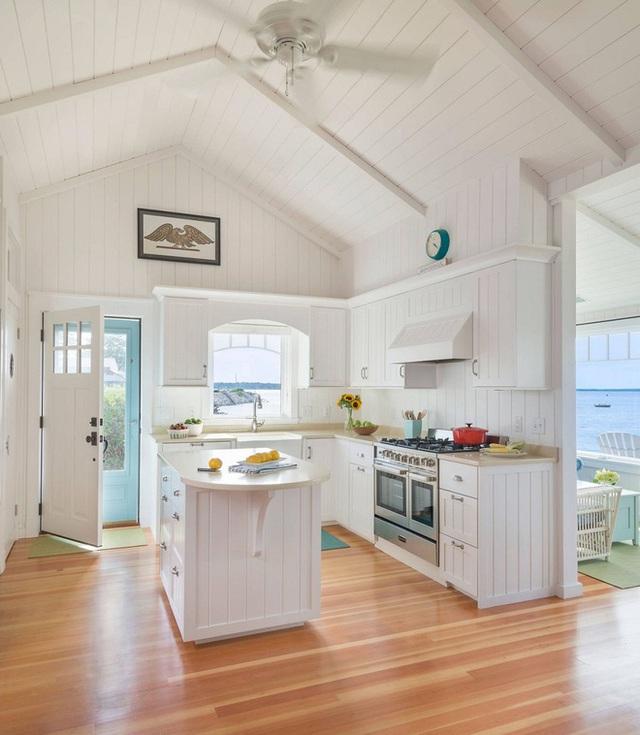Thiết kế nhà này không chỉ có tường mà còn mái, đồ nội thất cũng sử dụng sọc trắng. Tuy nhiên với một chút sáng tạo chủ nhân đã thay đổi từ ngang thành dọc nhưng vẫn đảm bảo tính thống nhất và thẩm mỹ cho không gian.