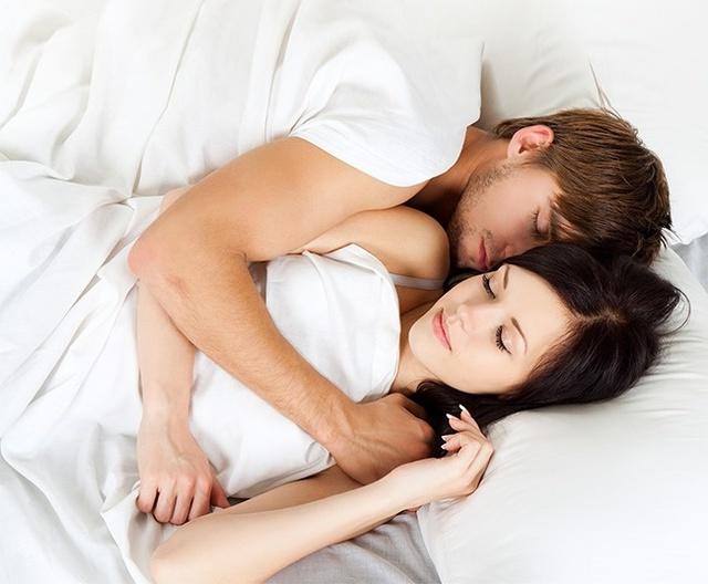 Đừng quên hôn người ấy trước khi đi ngủ cũng như dành thời gian ôm ấp vài phút khi cả hai nằm trên giường. Điều này gợi lên cảm xúc tích cực và đem lại sự thư giãn. Các nhà tâm lý học tin rằng nếu hai bạn ôm nhau trong khi ngủ, mối quan hệ của bạn sẽ không gặp rắc rối.