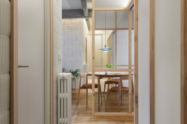 Các phòng trong căn hộ được bố trí dọc theo một trục chính.