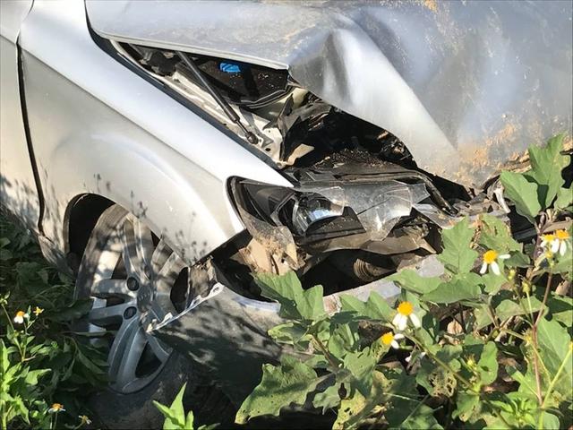 Đầu xe Audi Q5 và bánh xe bị hư hỏng nặng.