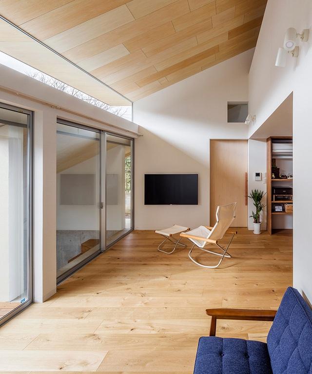 Chất liệu bằng gỗ cũng tạo nên sự ấm áp cho ngôi nhà. Những đồ nội thất đơn giản nhưng đậm màu sẽ là điểm nhấn nhá đặc biệt cho ngôi nhà.