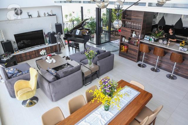 Khu vực phòng khách - bếp - ăn ở tầng dưới được đầu tư rất kĩ với nội thất cao cấp.
