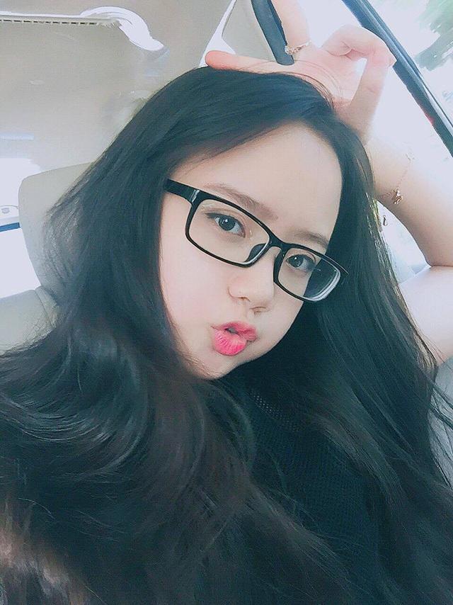 Trang cho biết, bức ảnh chụp Trang từ phía sau được bạn bè của cô vô tình chụp khi em đang kết tóc cho một cô bạn ngồi phía trước.