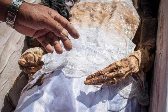 Xác của tất cả người thân và bạn bè đều được đào lên - cả trẻ em – trong nghi lễ kéo dài ba ngày.
