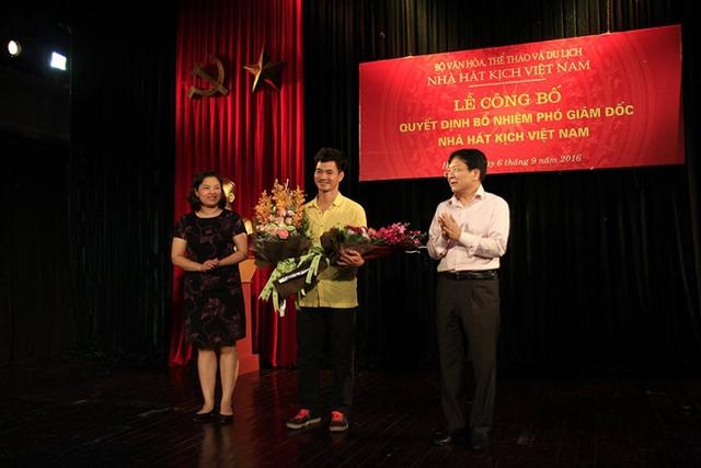 Thứ trưởng Bộ Văn hóa, Thể thao và Du lịch Vương Duy Biên chúc mừng Xuân Bắc khi nhận nhiệm vụ mới vào tháng 9/2016. Ảnh: NHKVN