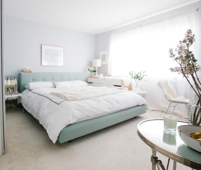5. Đây quả là một căn phòng ngủ kiểu mẫu mà cô gái nào cũng mê mẩn với chiếc giường màu xanh chỉ nhìn đã thấy thư giãn kết hợp. Các món đồ nội thất khác như bàn làm việc, kệ đồ được tiết giảm về số lượng cũng như màu sắc giúp không gian chung không bị rối mắt.
