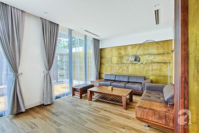 Khu tiếp khách với sofa dựa vào tường để tận hưởng không gian thoáng đãng.