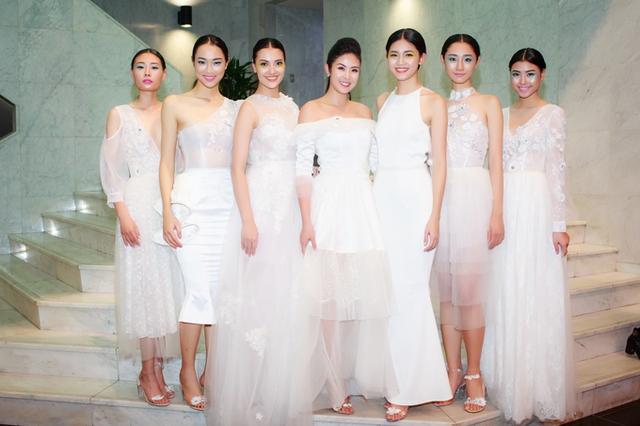 Cô tươi tắn chụp hình kỷ niệm cùng các model như Hồng Quế, Á hậu Thanh Tú, Trà My Next Top, Mai Giang Next Top...