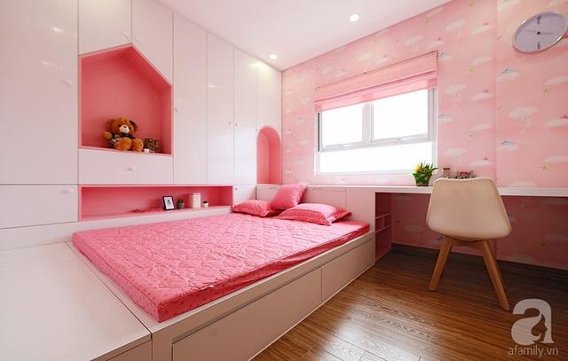 Phòng ngủ của bé với những khoảng giấy dán tường màu hồng.