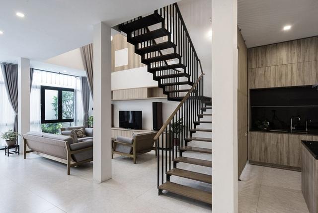 Hệ cầu thang cốn thép mặt gỗ xử lý tinh tế và nhẹ nhàng cũng đóng vai trò quan trọng trong việc tạo nên không gian tổng thể thoáng đãng.