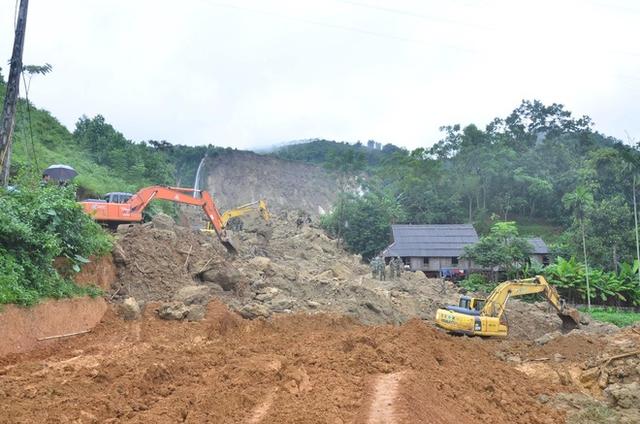 Lực lượng cứu hộ tìm kiếm các thi thể bị vùi lấp trong đất, đá.