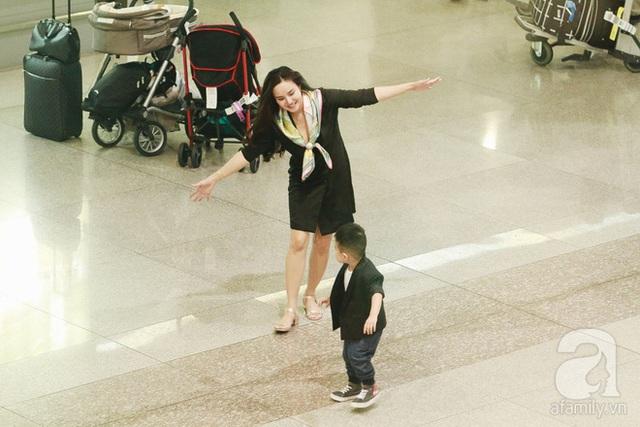 Hai mẹ con Vy Oanh thoải mái vui đùa trong sân bay.