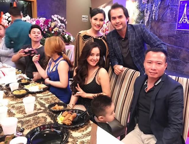 Vợ chồng Vy Oanh quen nhau qua sự giới thiệu của một người bạn thân. Sau khi sinh con gái thứ hai, gia đình nữ ca sĩ từ Mỹ về Việt Nam sum họp cùng bên ngoại.