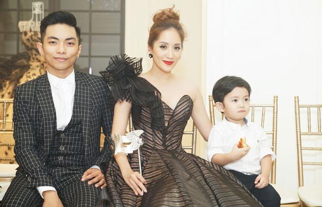 Gia đình Khánh Thi - Phan Hiển mặc chỉn chu đi sự kiện.