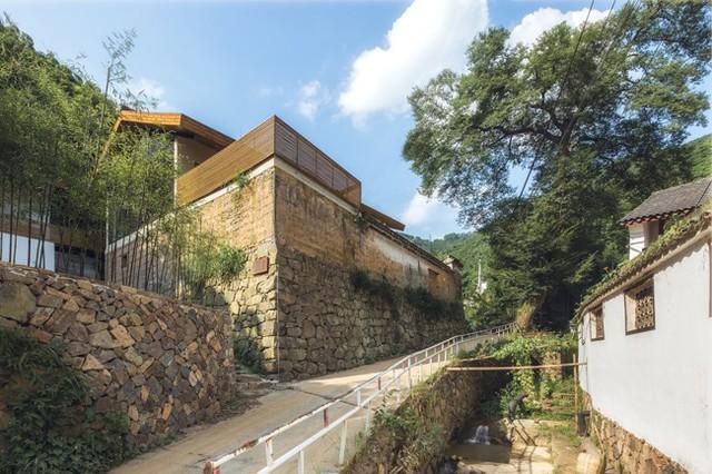 Đồng thời, họ đã cho xây thêm cấu trúc khung bê tông và đổ mái bằng cốt thép.